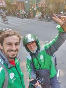Viaje en moto con la aplicación Grab en la capital de Vietnam, Hanoi. Viajar en moto es una de las mejores cosas que hacer en Hanoi y Vietnam