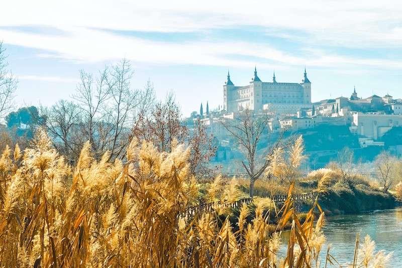 Alcázar de Toledo se alza sobre la ciudad. Es una cosas que ver en Toledo, España