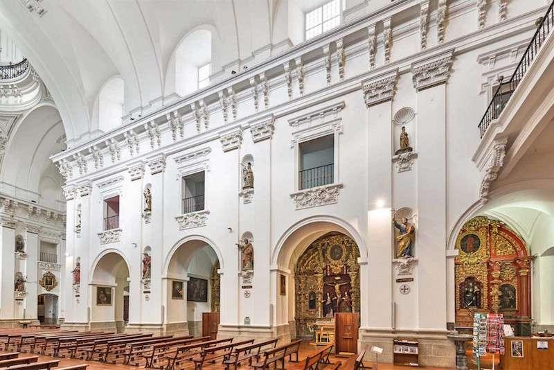 Iglesia de los jesuitas en Toledo, España. El interior de la iglesia es blanco