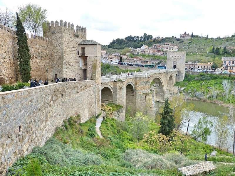 Puente de Toledo que conecta a la ciudad