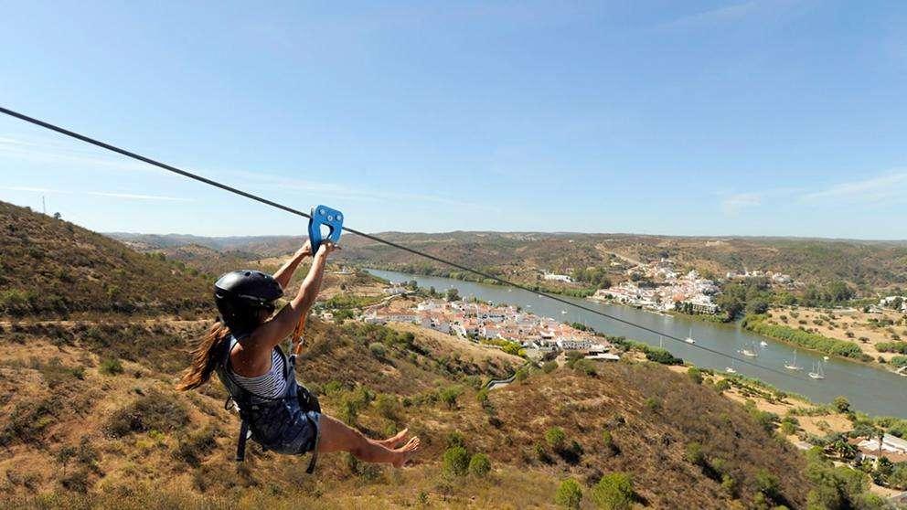 Tirolesa que cruza un río entre España y Portugal