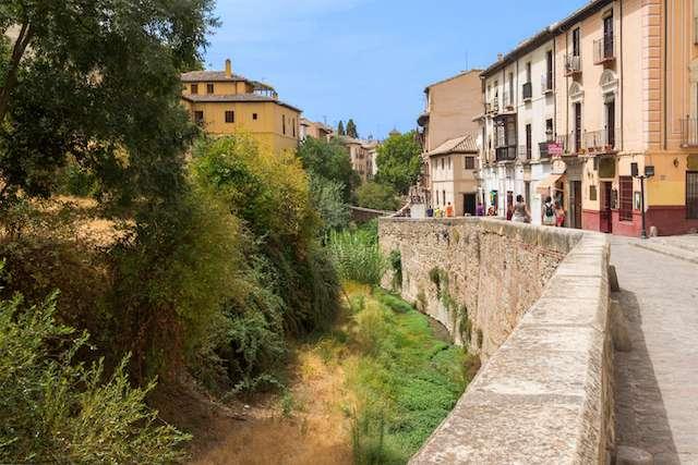 Calle Carrera de Darro en el centro de Granada. Esta calle antigua empedrada al lado de un riachuelo es una de las mejores cosas que ver en Granada