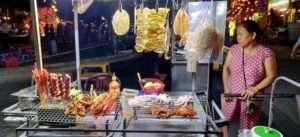 Mujer vietnamita vendiendo comida callejera en Hoian de noche