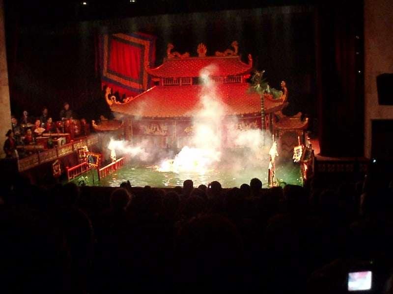 El espectáculo de marionetas es una de las mejores cosas que hacer en Hanoi. Público en el teatro Thang Long Water Puppet