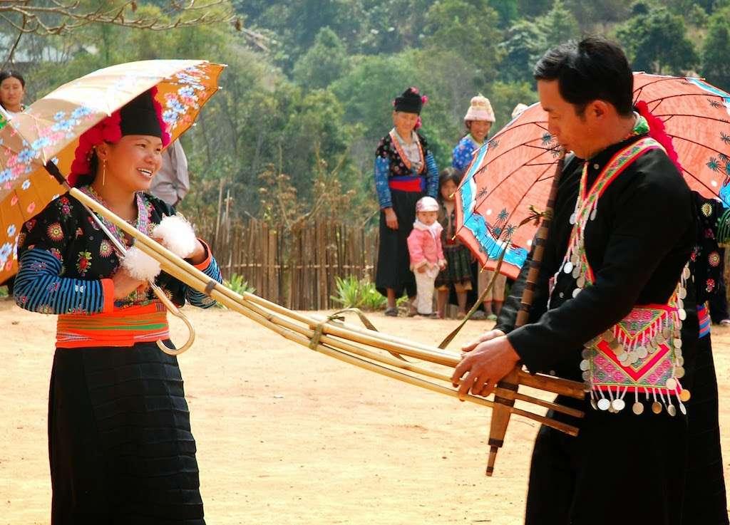 Hombre de una minoría étnica de Vietnam corteja a una mujer en el love market. El mercado del amor es una de las actividades más curiosas y mejores cosas que hacer en Sapa