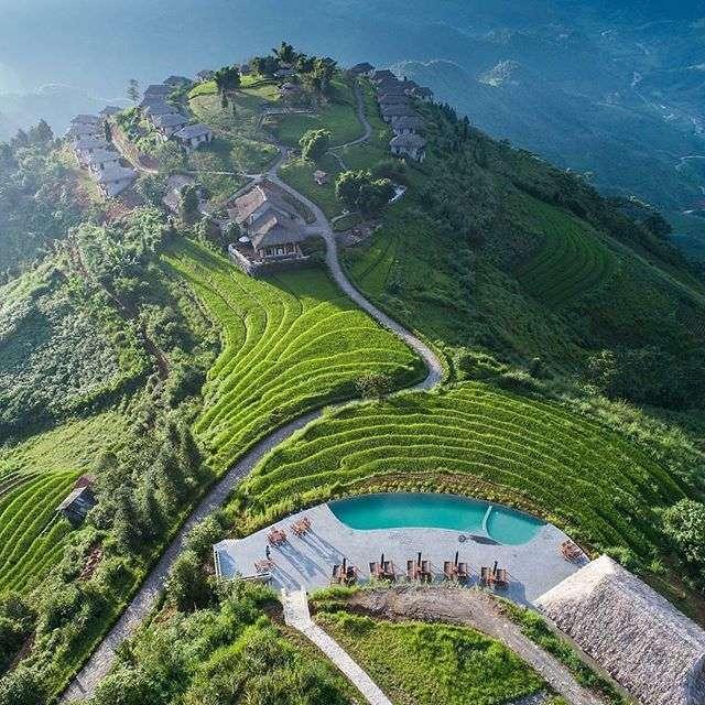 Piscina infinita con vistas a campos de arroz y montañas en Vietnam. Pasar el día en este resort es una de las mejores cosas que hacer en Sapa. Trekking Sapa, Vietnam