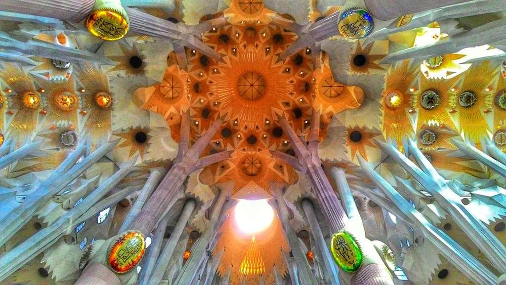 Techo de la sagrada Familia en Barcelona con arquitectura de Gaudí