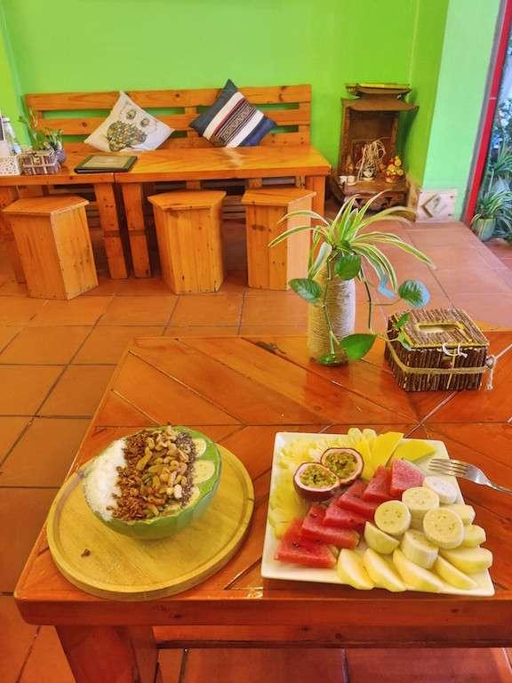 Smoothie bowl y fruta en like coffee, Cat Ba, Vietnam