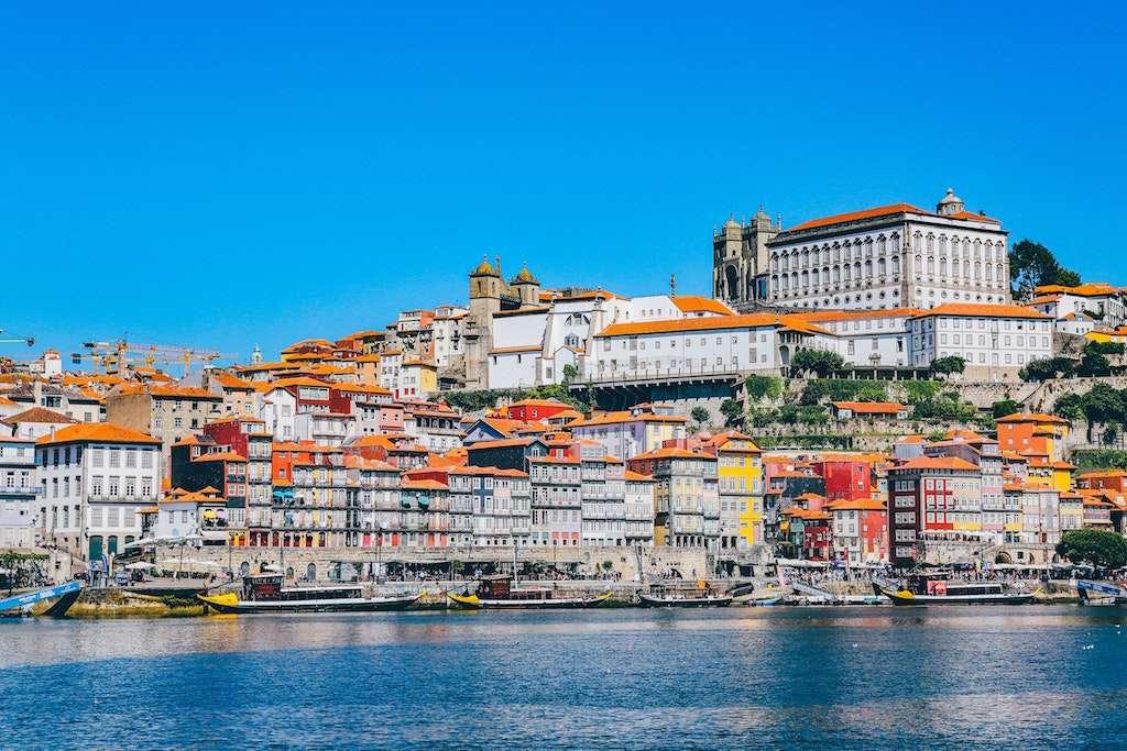 Ciudad de Oporto en Portugal. Casas con tejados rojos enfrente del mar. Portugal es uno de los mejores destinos de viajes baratos en el mundo