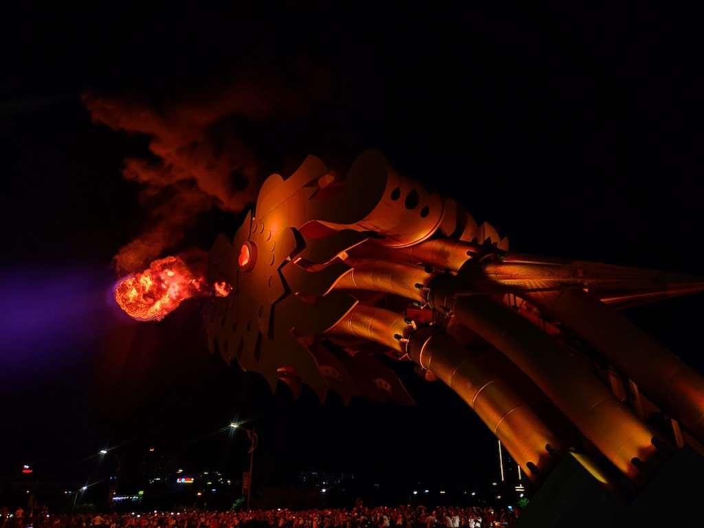 Cabeza de dragón escupiendo fuego en el puente del dragón en Danang, Vietnam